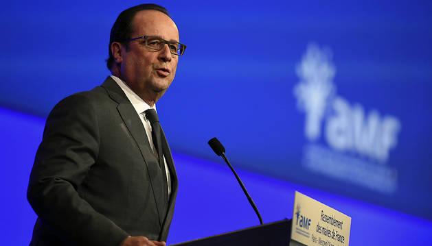 François Hollande da un discurso durante un encuentro de a Asociación de Alcaldes de Francia en París.