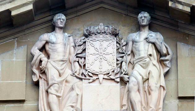 Laureada presente en el frontón del Palacio de Navarra.