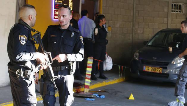 Policía israelí en el lugar del ataque en Tel Aviv.