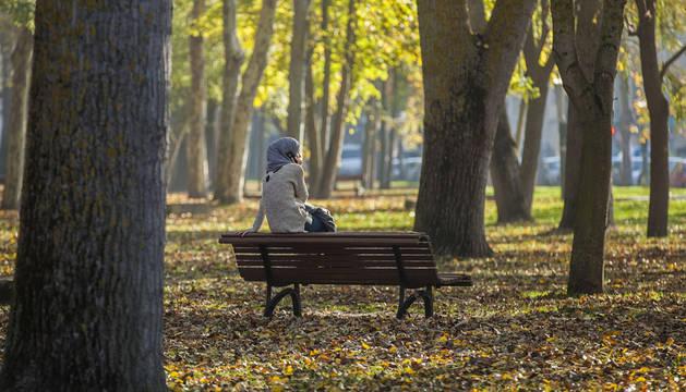 Una joven, en un parque de Vitoria.