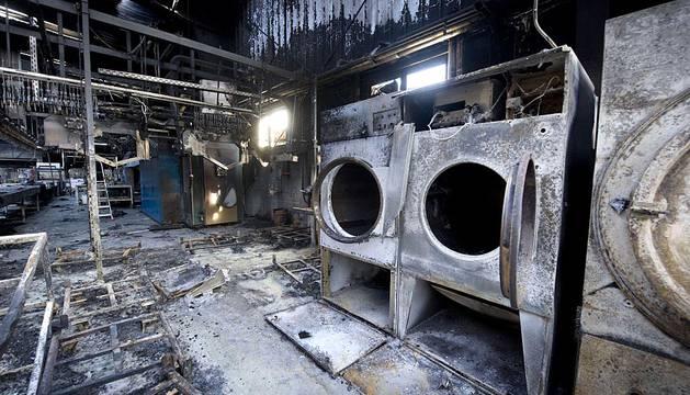 Un incendio ha causado importantes daños en la lavandería industrial Indusal, de Marcilla, cuya nave principal ha ardido prácticamente en su totalidad.