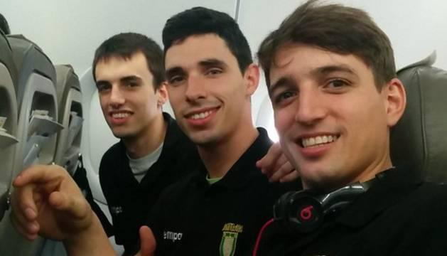 Álvaro Gastón, Xabier Etxeberria y Carlos Chocarro, en el avión.
