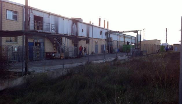 Un incendio calcina gran parte de una lavandería industrial en Marcilla