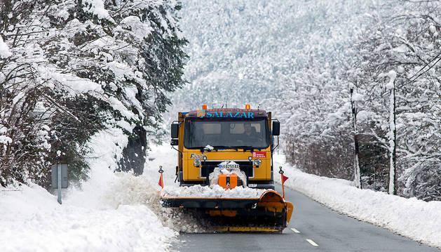 Un quitanieves trabajando en el valle de Salazar el invierno pasado.