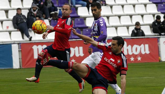 Miguel Flaño y Nino pugnan por una pelota.