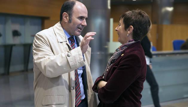 Manu Aierdi conversa con la consejera de Desarrollo Económico y Competitividad del Gobierno Vasco, Arantza Tapia.