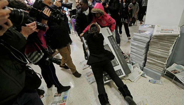 Dos clientes luchan por llevarse una televisión durante el Black Friday en Londres.