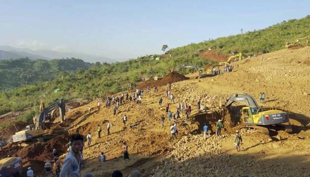Búsqueda de supervivientes tras el deslizamiento de tierra al norte de Birmania.