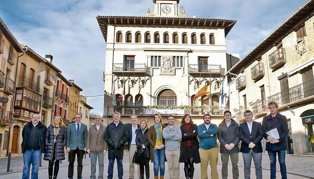 Los miembros de la Mesa y Junta de Portavoces, en la plaza Carlos III el Noble de Olite.