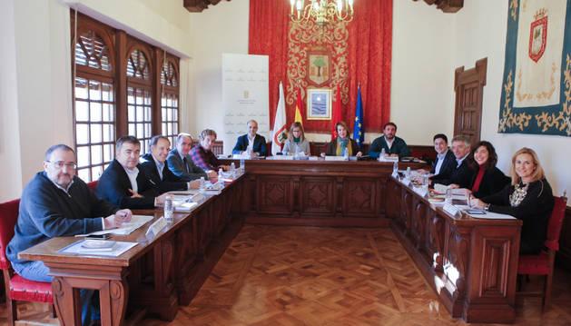 La sesión de la Mesa y Junta de Portavoces se ha celebrado en el Salón de Plenos de Olite-Erriberri.