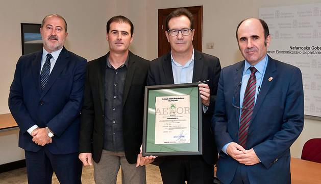 De izda a decha: Emilio Flamarique (AENOR), José Antonio Mariezkurrena y Miguel Echezarreta (Transbidasoa) y Manu Ayerdi.