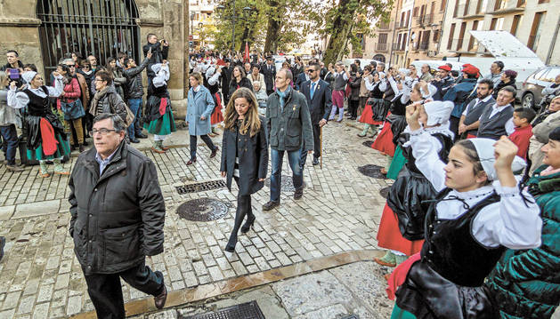 El paseo de la corporación, el año pasado, justo antes de subir la escalinata de la iglesia de San Pedro.