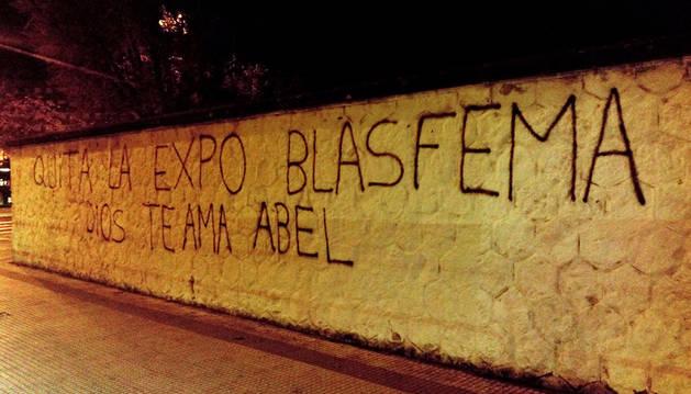 Pintadas contra la exposición de Abel Azcona.
