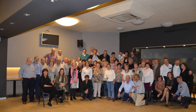 Parte de los antiguos vecinos de la agrupación Ruiz de Alda que se reunieron para celebrar el 65 aniversario de los pisos.