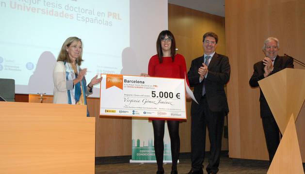 Virginia Gómez, en el centro, recogiendo el premio.