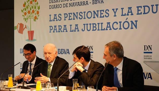 Peio Belausteguigoitia (BBVA), Leopoldo Abadía, David Carrasco (BBVA) y José Ignacio Roldán (Diario de Navarra), durante el desayuno informativo.
