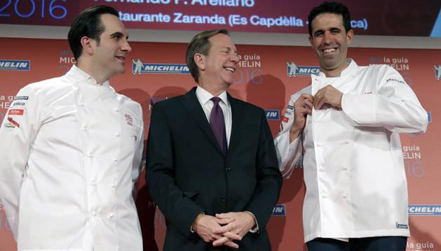 Los cocineros Fernando Arellanoy Mario Sandoval posan junto al resposable de la Guía Michelín.