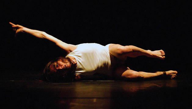 Imagen de danza contemporánea a cargo de un miembro de Dínamo Danza.