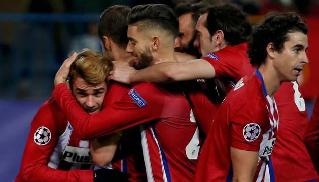 Los jugadores del Atlético celebran uno de los goles.