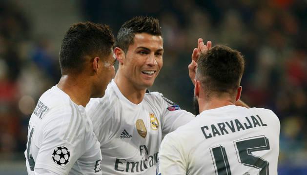 Cristiano Ronaldo celebra el gol con Casemiro y Dani Carvajal.