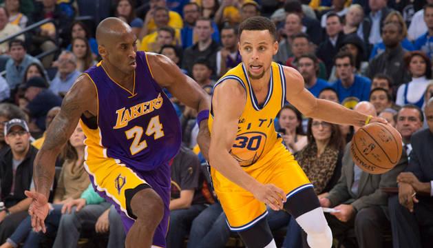Kobe Bryant (Lakers) defiende a la estrella de los Warriors, Stephen Curry.