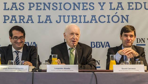 Peio Belausteguigoitia, director territorial de la Zona Norte de BBVA; Leopoldo Abadía, experto en Economía; y David Carrasco, director del Instituto de Pensiones BBVA.