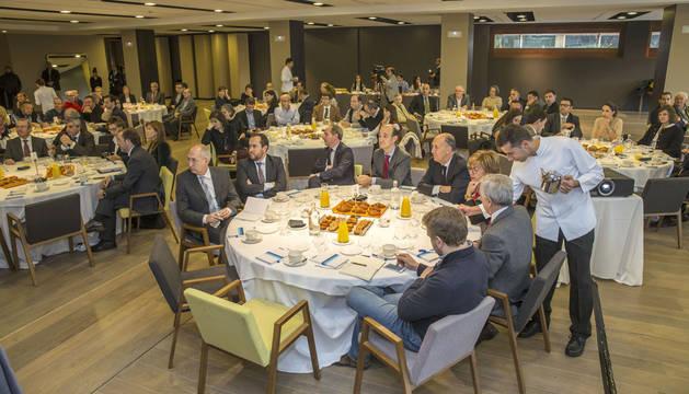 Cerca de 150 empresarios y directivos de empresas, además de pensionistas, acudieron al desayuno de trabajo celebrado ayer en el Hotel Alma Muga de Beloso.