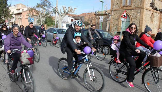 Instante de la marcha ciclista de la asociación La Ribera en Femenino a su paso por Cintruénigo.