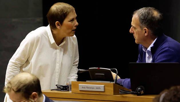 Uxue Barkos habla con el portavoz de EH Bildu, Adolfo Araiz, en la sesión de ayer.