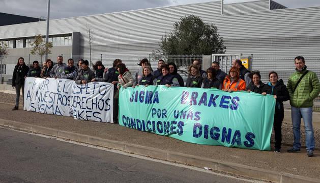 Trabajadores de Sigma Brakes, durante la manifestación celebrada en la entrada a la empresa.