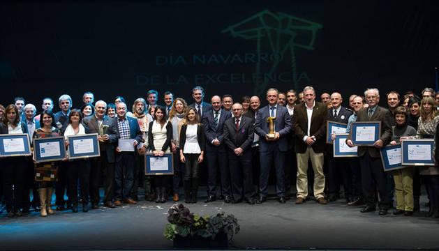 Los premiados posan junto a las autoridades
