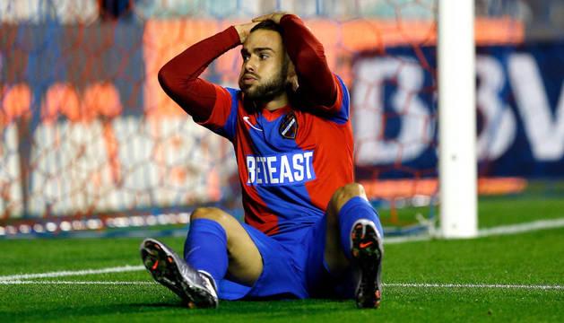 El delantero del Levante, Roger Martí, se lamenta tras fallar una ocasión de gol.