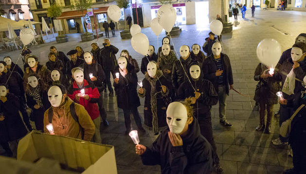 Alrededor de 40 personas se concentran en la plaza de los Fueros en el Día de las Personas sin Hogar.