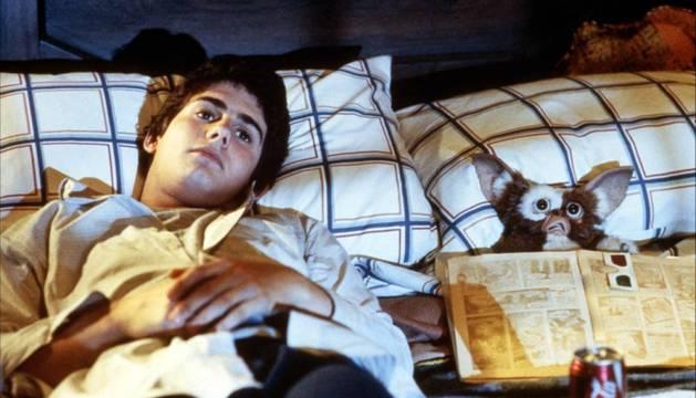 Zach Galligan, el actor que encarnaba a Bill Peltzer, junto a su mascota Gizmo en 'Gremlins'.