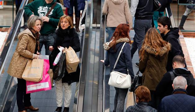 Compras en un centro comercial de Pamplona las pasadas Navidades.
