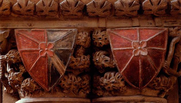 A la izquierda, capitel doble de la catedral de Tudela realizado en el siglo XIII. El escudo de la derecha, totalmente rojo y el de la izquierda mezcla el rojo con el azul de los condes de Champaña.