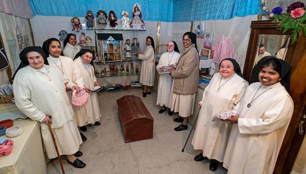 Las monjas, con el género ya colocado y a la espera de abrir su rastro.