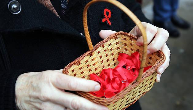 El lazo rojo, símbolo de solidaridad en el Día Mundial del Sida.