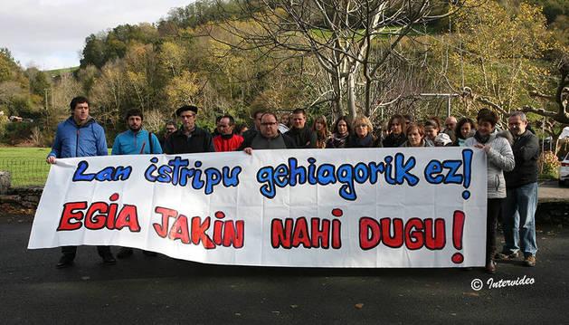 Imagen de la concentración llevada a cabo delante del Ayuntamiento de Urdax.