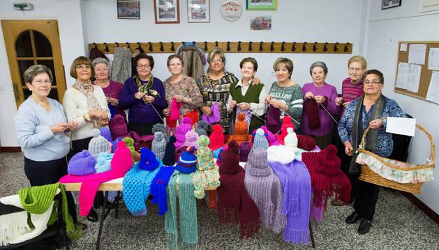 Las integrantes del grupo que han tejido prendas de lana.