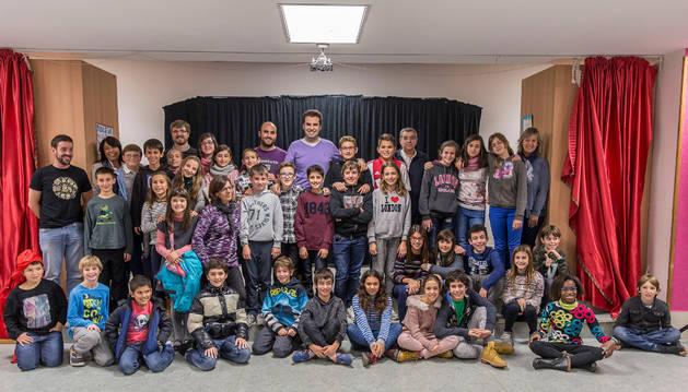Miembros de la corporación municipal e infantil saliente y los candidatos a la nueva en la Ludoteca Tartalo.