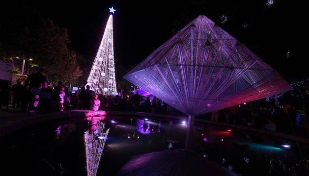 El arbol de Navidad, en Camberra, bate el récord de luces.