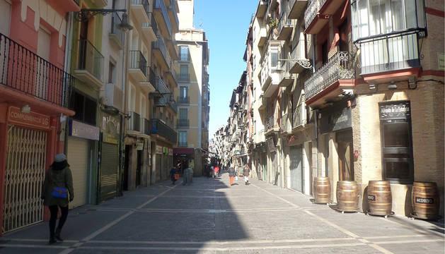 Una mañana soleada en la calle Estafeta de Pamplona.