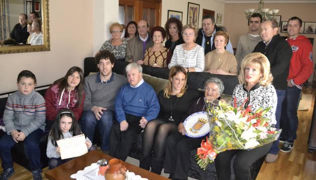 Andresa Arizu Arazuri acompañada por amigos y familiares.