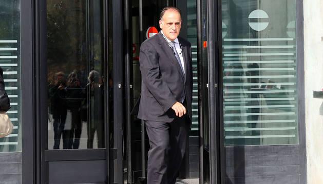 El presidente de la LFP, Javier Tebas, sale del juzgado.