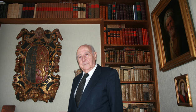 Faustino Menéndez Pidal, fotografiado en su casa de Madrid, junto a algunos de los cuadros y los escudos que adornan su despacho.