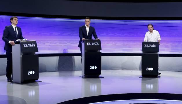 Los candidatos a presidente del Gobierno Pedro Sánchez, Albert Rivera y Pablo Iglesias y el atril vacío de Mariano Rajoy.