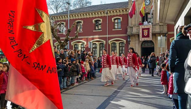 Uno de los grupos de danzas de Estella, el que lleva el nombre de los patrones, baila entre el público.