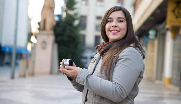 Laura Gómez posa con la cámara compacta con la que tomó la imagen ganadora de Fototuitribera.