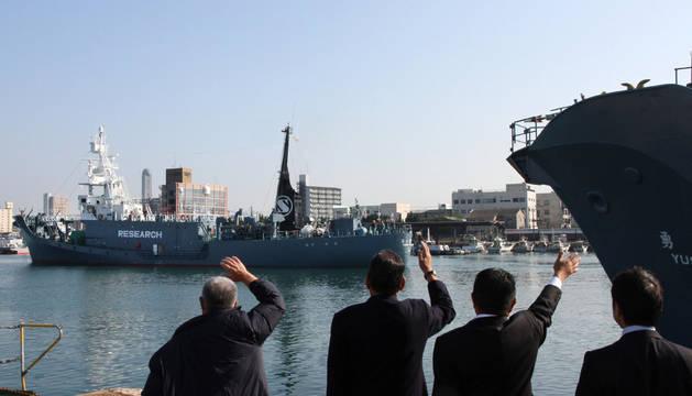 Un barco ballenero japonés parte del puerto de Shimonoseki, en la prefectura de Yamaguchi.